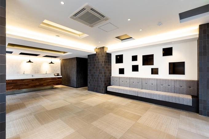 洗練された雰囲気が漂うエントランスから、落ち着いた雰囲気の客室まで広々とした空間を味わっていただけます。