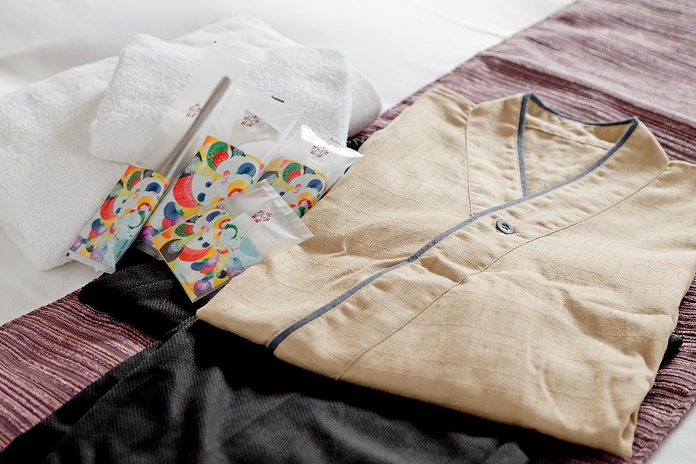 肌に触れるシーツやタオルは素材と心地よい使用感を重視いたしました。ナイトウェアには作務衣をご用意。